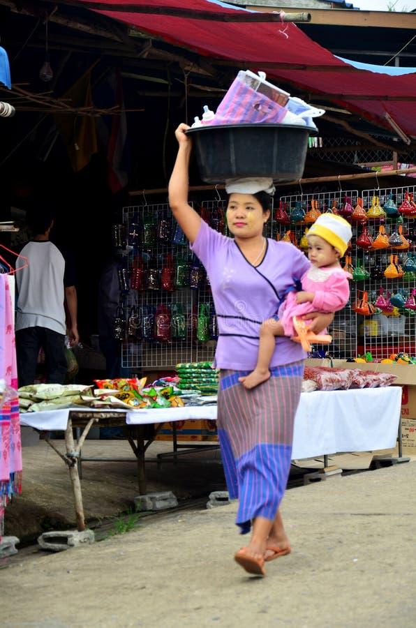 Бирманское владение матери младенец и пластмасса нося таза на ее h стоковое фото
