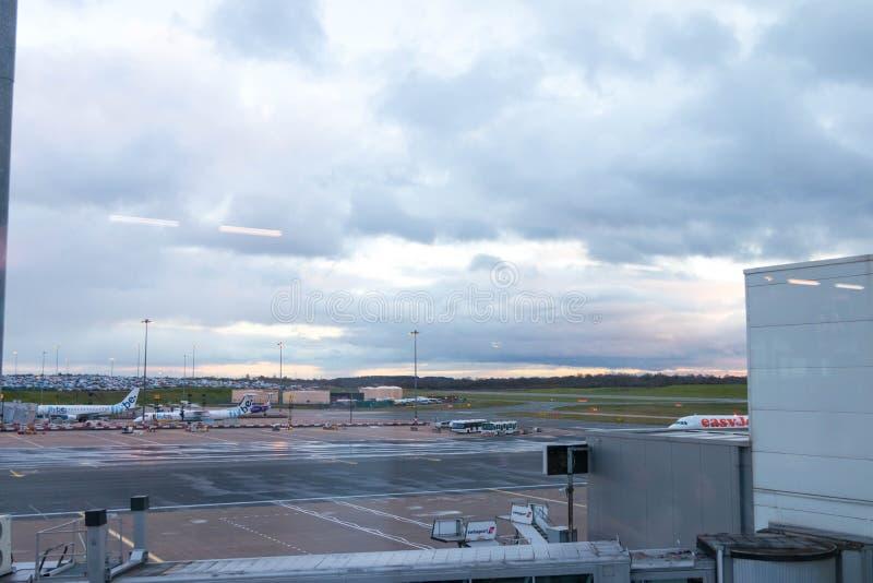 Бирмингем Великобритания - 03 03 19: Самолет ворот гудронированного шоссе аэропорта Бирмингема стоковые изображения rf
