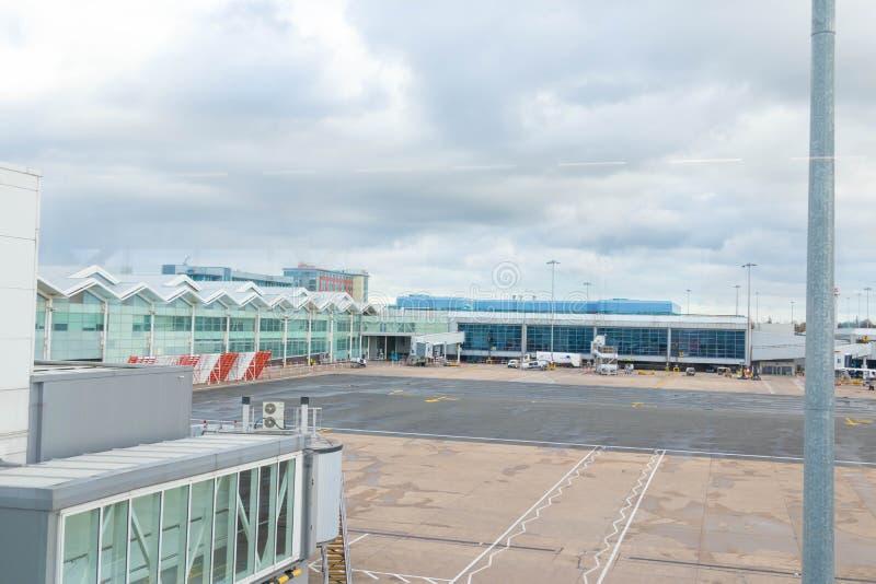 Бирмингем Великобритания - 03 03 19: Самолет ворот гудронированного шоссе аэропорта Бирмингема стоковые фото
