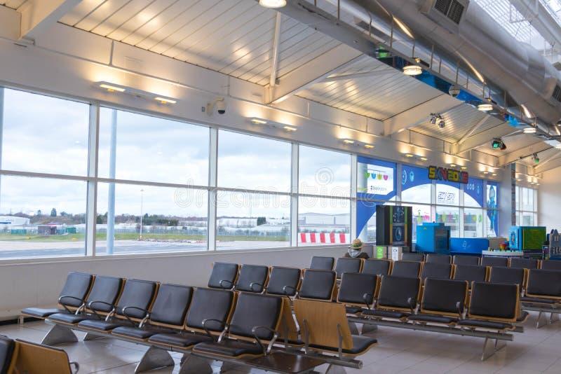 Бирмингем Великобритания - 03 03 19: Самолет ворот гудронированного шоссе аэропорта Бирмингема стоковые фотографии rf