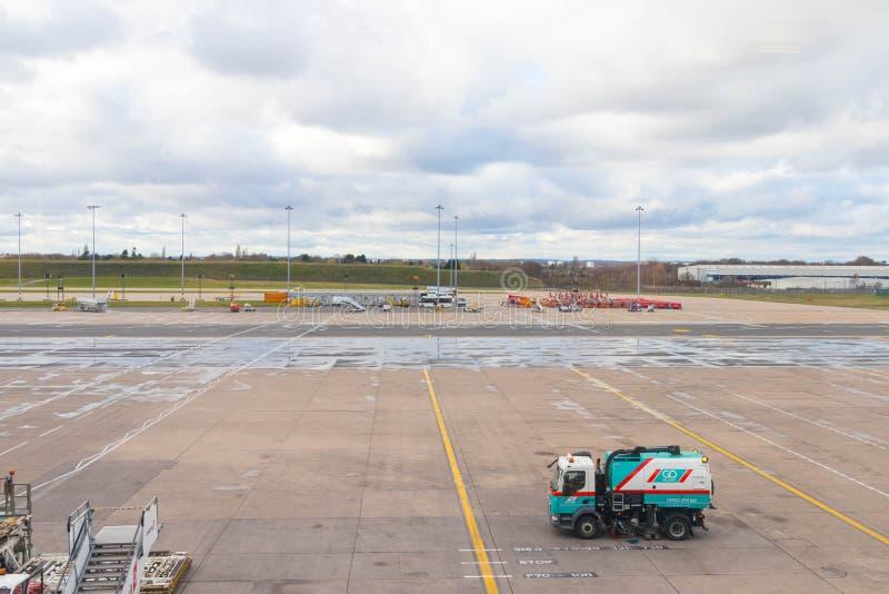 Бирмингем Великобритания - 03 03 19: Самолет ворот гудронированного шоссе аэропорта Бирмингема стоковое изображение