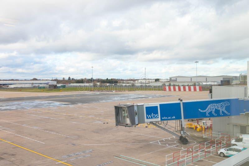Бирмингем Великобритания - 03 03 19: Самолет ворот гудронированного шоссе аэропорта Бирмингема стоковые изображения