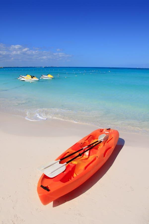 бирюза моря песка kayak пляжа карибская стоковые изображения rf