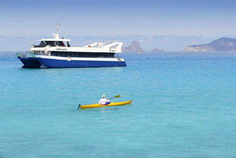 бирюза моря kayak illetas formentera шлюпки стоковые изображения