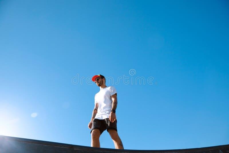 Битник в парке конька против голубого неба стоковые фото