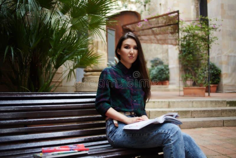 Битник девушки читает книгу на стенде в лете стоковое изображение rf