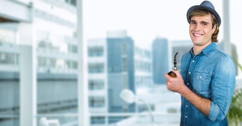 Битник держа куря трубу в городе стоковое изображение