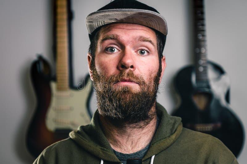 Битник молодого красивого человека бородатый с бородой и усик переносят стоковое изображение rf