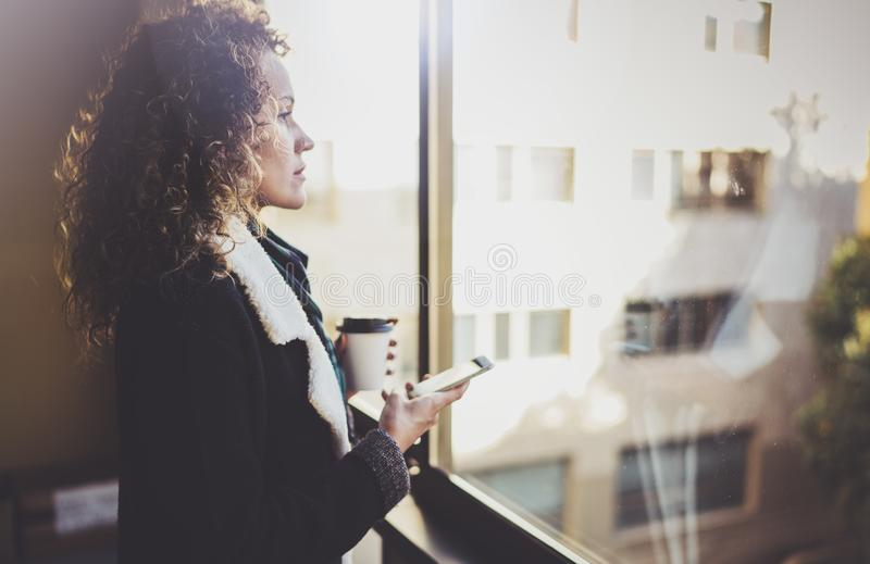Битник молодой женщины Hansome ища информацию в передвижной сети умным телефоном, во время идти в европейский город стоковое фото