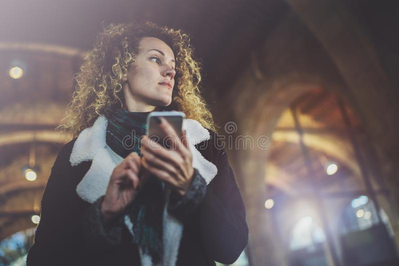 Битник молодой женщины Hansome ища информацию в передвижной сети умным телефоном, во время идти в европейский город стоковая фотография