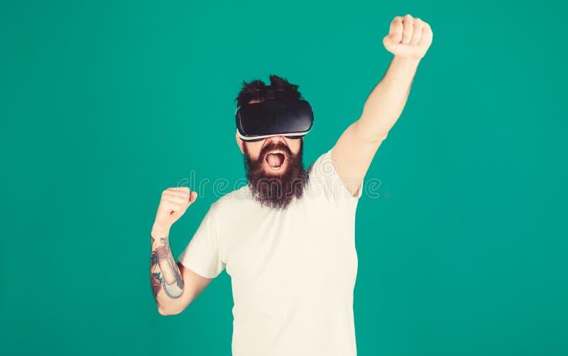 Битник на крича повышении стороны вручает мощно пока взаимодействующий в виртуальной реальности Концепция силы Человек с бородой  стоковые изображения