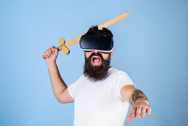 Битник на крича стороне наслаждается игрой игры в виртуальной реальности Концепция gamer VR Гай с головным установленным дисплеем стоковое фото