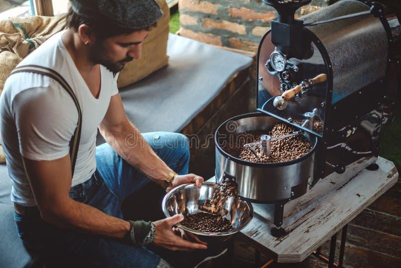 Битник улавливая зажаренный в духовке кофе от roaster с блюдом стоковые фото