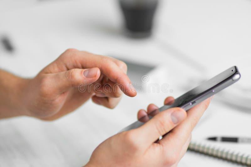Битник человека используя smartphone руки телефона экрана касания умные близко вверх, винтажные цвета стоковая фотография