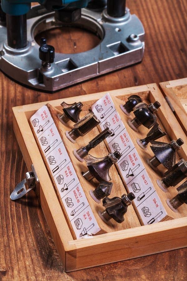Биты маршрутизатора Roundover для woodworking в деревянной коробке и погружении p стоковые фотографии rf
