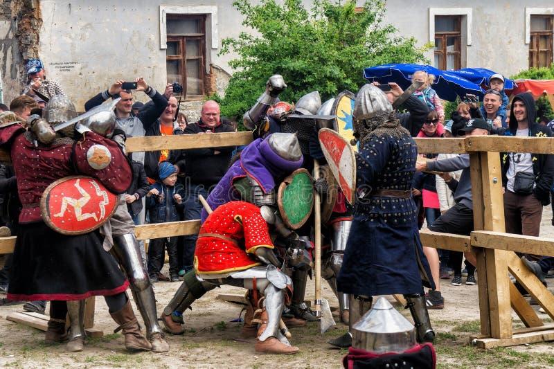Биться сражает фестиваль средневекового аванпоста 2016 культуры в Kamenetz-Podolsk стоковое фото