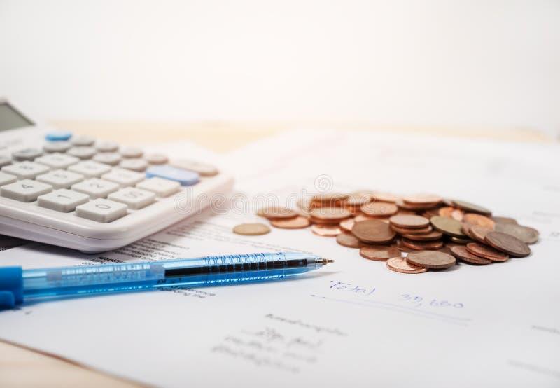 Билл с калькулятором и монетками стоковая фотография rf
