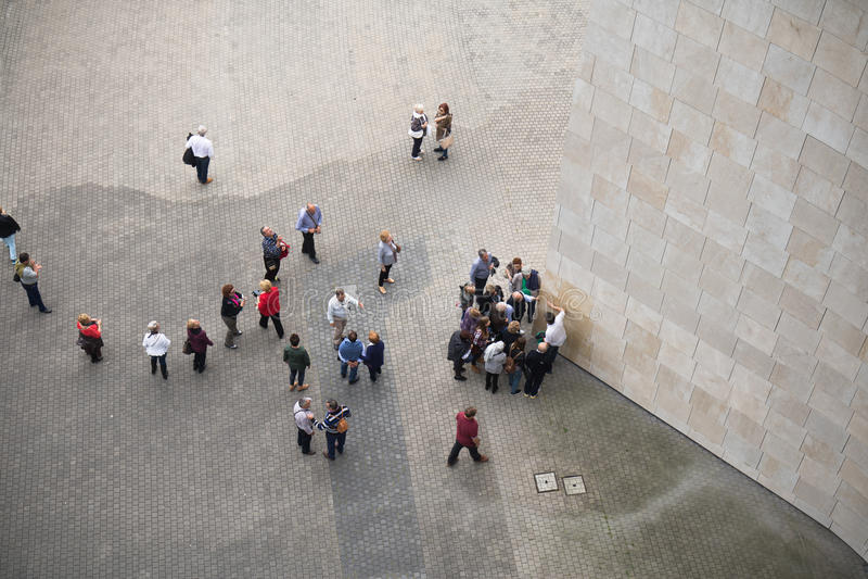 Бильбао, Испания - 17-ое мая 2017: взгляд сверху города людей идя и sightseeing Бильбао guggenheim музея стоковое фото rf