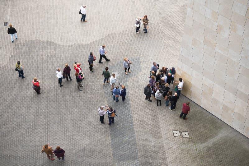 Бильбао, Испания - 17-ое мая 2017: взгляд сверху города людей идя и sightseeing Бильбао guggenheim музея стоковые изображения