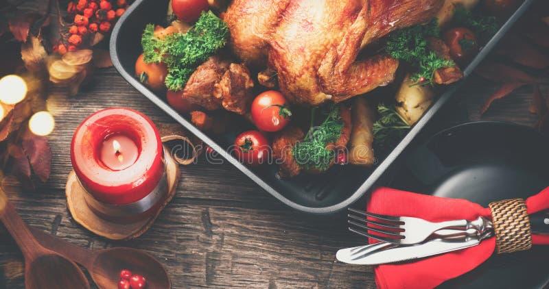 благодарение Обедающий праздника Служат таблица с зажаренным в духовке индюком стоковые изображения