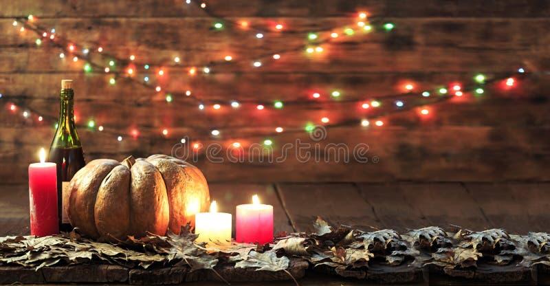 Благодарение, тыква, день благодарения, фестиваль хеллоуина, фестиваль осени, вино, свечи, листья осени, гирлянда, космос экземпл стоковые изображения rf