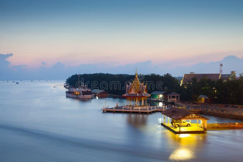 Благоустраивайте взгляд пагоды на отражении восхода солнца на море стоковое изображение