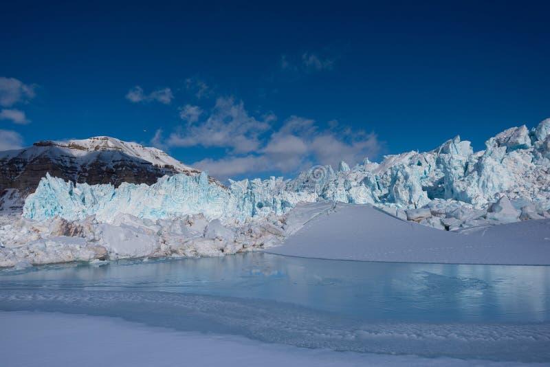 Благоустраивайте природу горы ледника дня солнечности ледовитой зимы Шпицбергена Longyearbyen Свальбарда приполюсного стоковые изображения