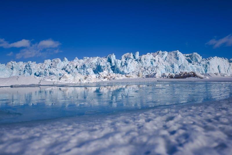 Благоустраивайте природу горы ледника дня солнечности ледовитой зимы Шпицбергена Longyearbyen Свальбарда приполюсного стоковая фотография rf