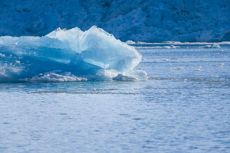 Благоустраивайте природу льда гор ледника неба захода солнца дня зимы Северного океана Шпицбергена Longyearbyen Свальбарда припол стоковая фотография