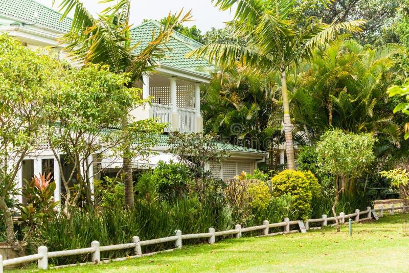 Благоустраивать домов домов тропический стоковое изображение rf