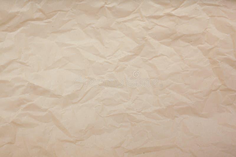 Бледная коричневая скомканная бумажная предпосылка текстуры r стоковые фотографии rf