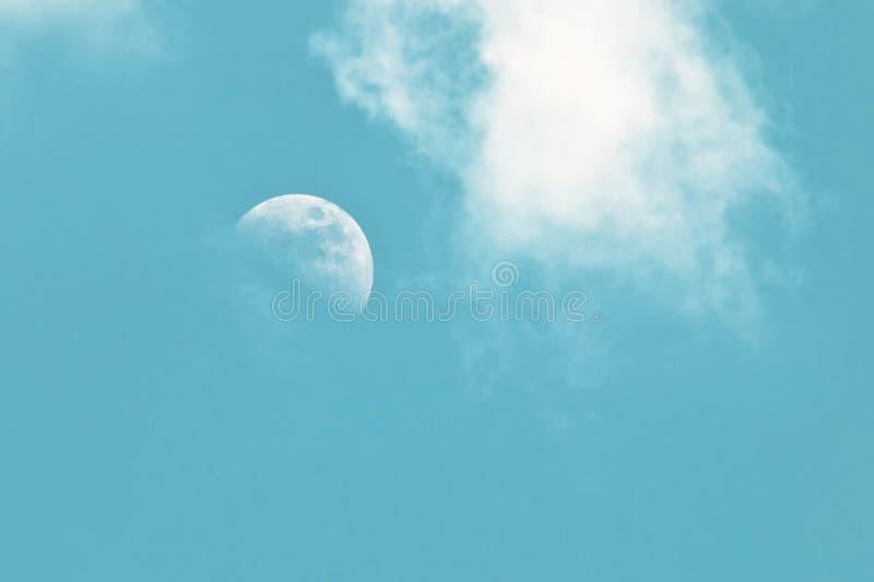 Бледная луна утра в голубом небе с облаками стоковые фотографии rf