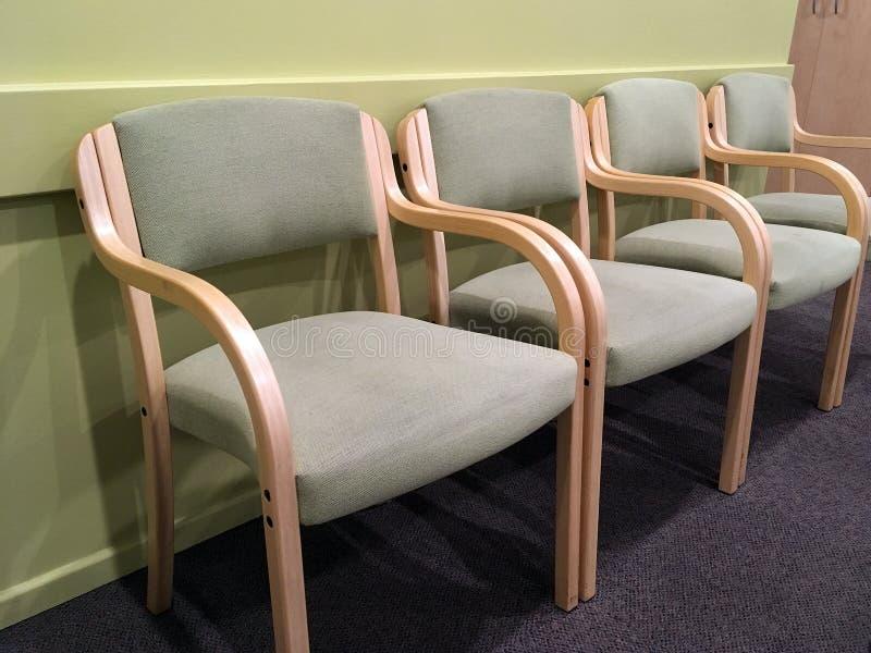 Бледные ые-зелен стулья в зале ожидания стоковые изображения rf