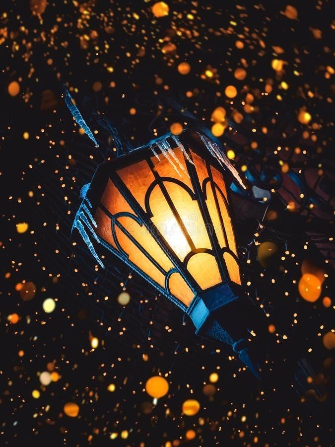 Блески волшебные старые фонарика улицы на улице на ноче Много ярких светов вокруг Винтажный старый фонарик утюга классики улицы д стоковое фото rf