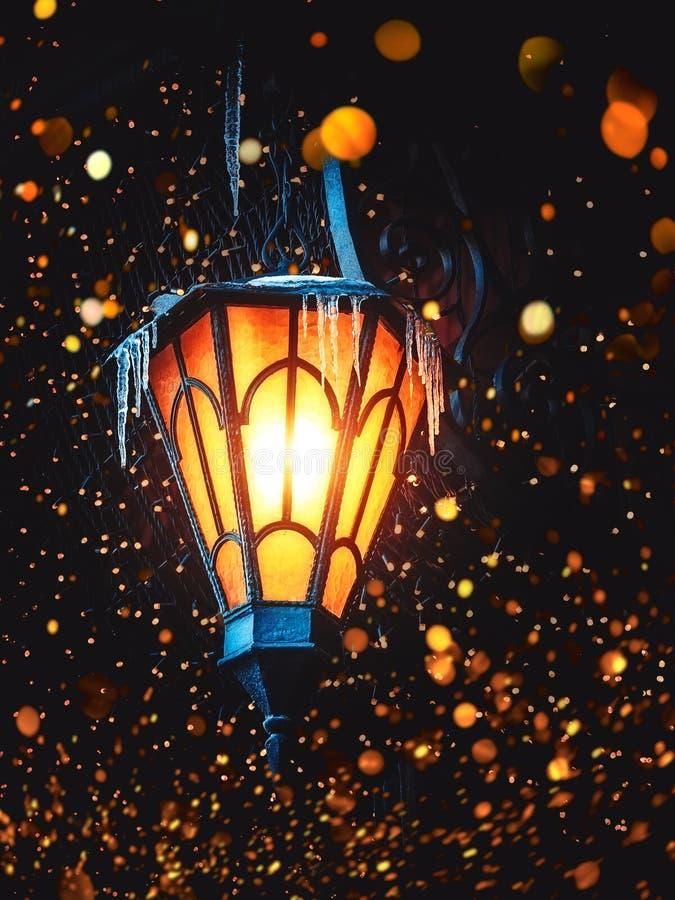 Блески волшебные старые фонарика улицы на улице на ноче Много ярких светов вокруг Винтажный старый фонарик утюга классики улицы д стоковые изображения