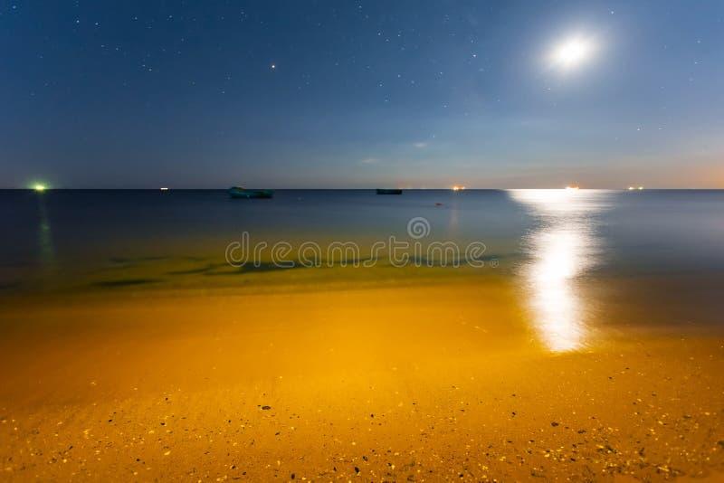 Блеск полнолуния над заливом моря ночи стоковое изображение