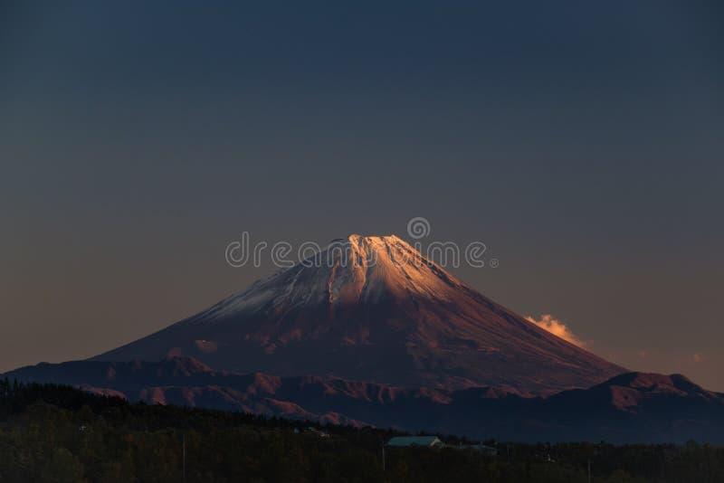 Блеск солнца на горе Фудзи в осени, Yamanashi, Jap стоковые фотографии rf