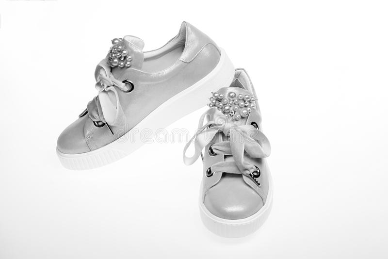Блестящая концепция тапок Обувь для девушек и женщин украшенных с жемчугом отбортовывает Милые ботинки изолированные на белизне стоковое изображение