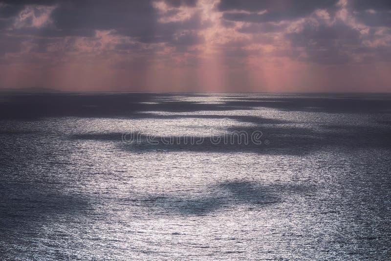Блестящие отражения воды на море стоковые фотографии rf