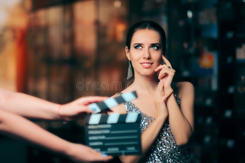 Блестящий модельный играть главные роли в рекламе кампании моды видео- стоковое изображение