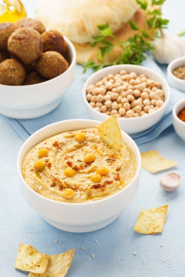 Ближневосточные блюда и сортированное meze Falafel, hummus, пита стоковая фотография