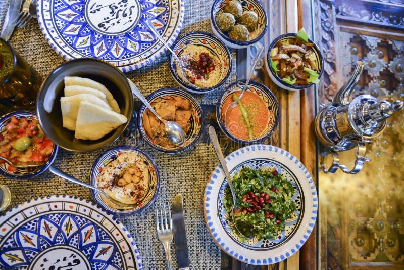 Ближневосточные или арабские блюда и сортированное meze, конкретная деревенская предпосылка стоковое изображение rf