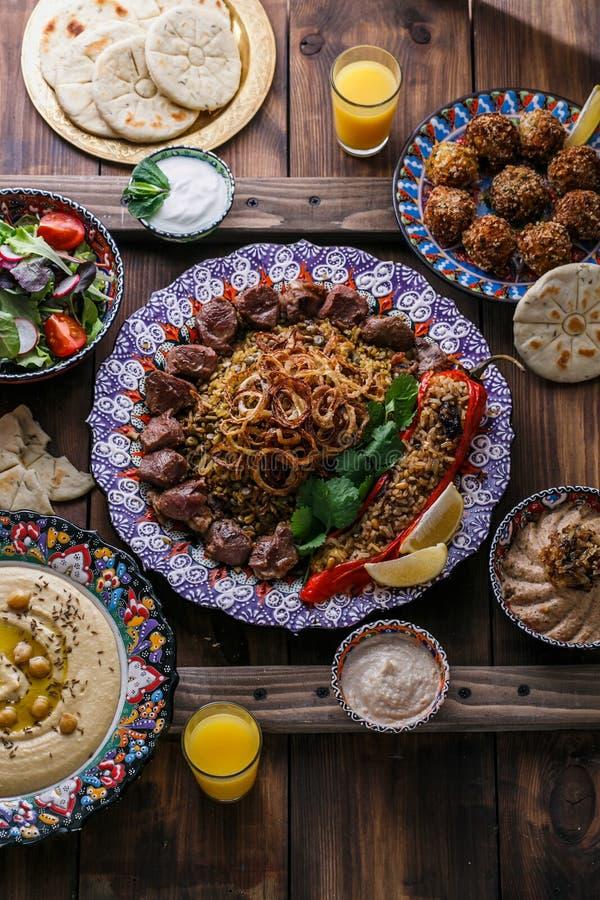 Ближневосточные или арабские блюда и сортированное meze на темной предпосылке стоковое изображение rf