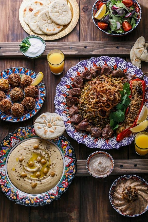 Ближневосточные или арабские блюда и сортированное meze на темной предпосылке стоковая фотография rf