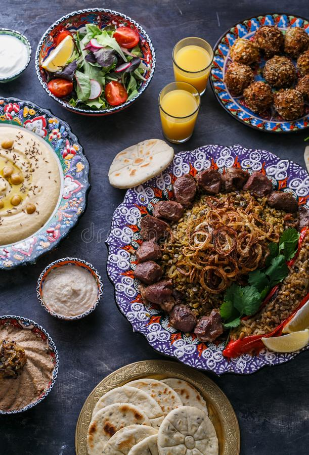 Ближневосточные или арабские блюда и сортированное meze на темной предпосылке Kebab мяса, falafel, ghanoush Бабы, hummus, рис стоковые изображения