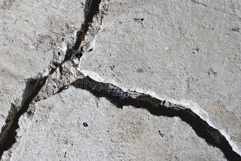 близкая конкретная треснутая дорога вверх стоковое изображение rf