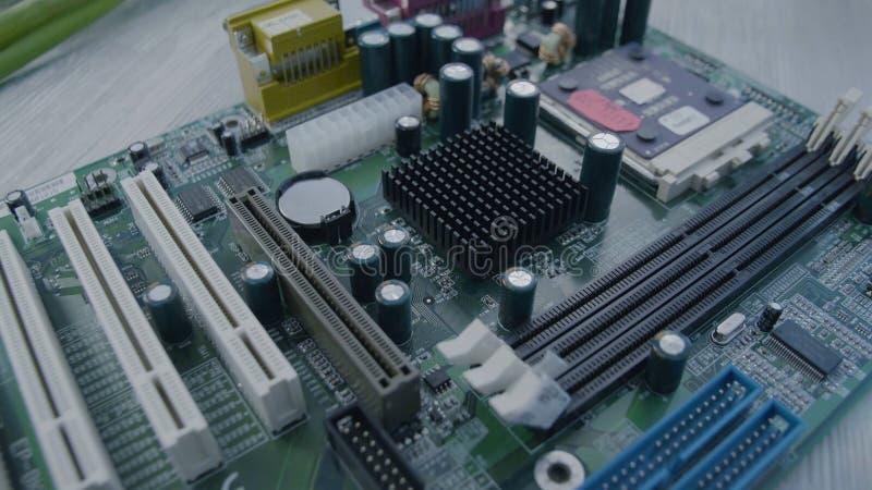 близкая материнская плата вверх Монтажная плата радиотехнической схемы с процессором, конец вверх стоковое фото