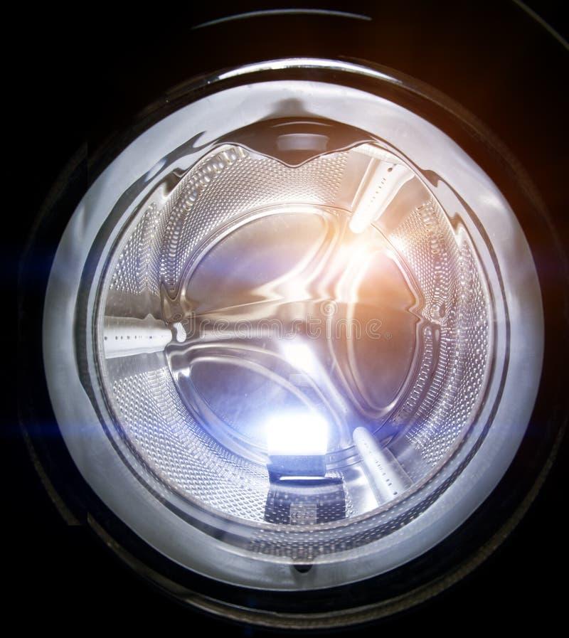 близкая машина сняла вверх по мыть Открытый конец люка загрузки вверх стоковые фото