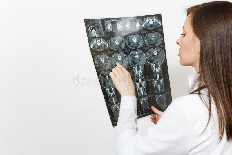 Близкая поднимающая вверх женщина доктора держит mri развертки ct изображения рентгеновского снимка радиографическое изолированны стоковое фото rf