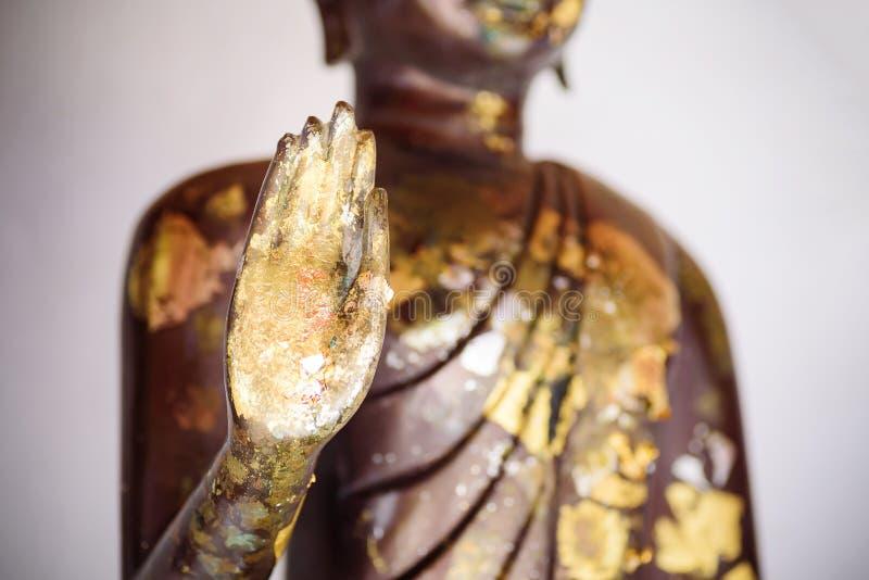 Близкая поднимающая вверх рука золотой статуи Будды стоковая фотография